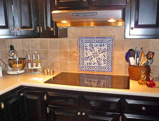decorative_insert_tiles_in_the_kitchen