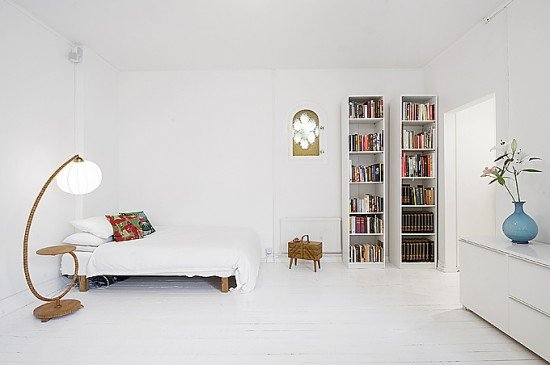 white-small-apartment-interior-bedroom-with-minimalism-ideas-550x365